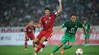 Mario Gomez v dresu mnichovského Bayernu v přípravném utkání bavorského celku v Pekingu