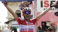 Joaquín Rodríguez ze stáje Kaťuša se raduje z triumfu v 10. etapě Gira d´Italia, které ho katapultovalo i do čela celkové klasifikace
