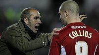 Italský trenér Swindonu Paolo Di Canio udílí pokyny Jamesi Collinsovi