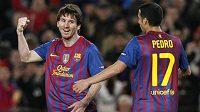Lionel Messi slaví se spoluhráčem jednu z branek proti Leverkusenu