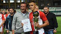 Šestnáctiletý Denis Alijagič s ikonou Slavie a českého fotbalu Vladimírem Šmicerem, který mu předal cenu pro nejlepšího hráče mezinárodního mládežnického turnaje All Stars Cup.