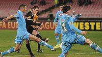 V obležení neapolských hráčů střílí Vladimír Darida úvodní gól svojí Plzně.