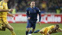 Ukrajinští fotbalisté pomalu nedovolovali Francouzům ani dýchat. Na snímku uniká svým strážcům Ribéry (uprostřed).