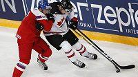 Český obránce Radko Gudas v souboji Kanaďanem Natem Mackinnonem v utkání na mistrovství světa.