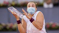 Běloruská tenistka Aryna Sabalenková se při závěrečném slavnostním ceremoniálu pořádně vyděsila.
