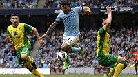 Carlos Tévez (uprostřed) z Manchesteru City proniká obranou Norwiche City.