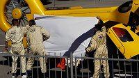 Záchranáři přenášejí zraněného jezdce McLarenu Fernanda Alonso do vrtulníku.
