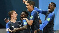 Tak my už jdeme do finále... Rozjásaní Francouzi (zleva) Antoine Griezmann, střelec jediného gólu v duelu s Belgií Samuel Umtiti, Raphaël Varane a Paul Pogba.