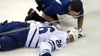 Lékař se sklání nad zraněným Danielem Winnikem z Toronta.