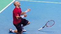 Belgický tenista Steve Darcis se raduje z daviscupového vítězství nad Argentincem Federikem Delbonisem.