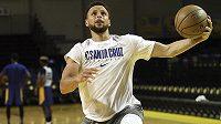Hvězdný rozehrávač Stephen Curry je po říjnové zlomenině ruky blízko návratu do NBA. Po poslední přípravě a modelovém utkání v záložním celku Santa Cruz z nižší G-League byl povolán zpět k týmu Golden State Warriors.