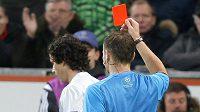 Český sudí Pavel Královec ukazuje červenou kartu Thiagovi z Atlétika.