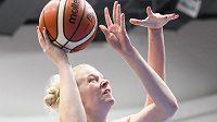 Česká basketbalistka Julia Reisingerová útočí.