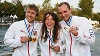 Čeští medailisté z MS ve vodním slalomu: Ondřej Tunka (zleva), Tereza Fišerová a Vít Přindiš,