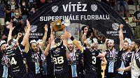 Hráči Mladé Boleslavi se radují z vítězství.