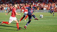 Kylian Mbappé z PSG dává gól v utkání s Nimes.