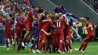 Čeští fotbalisté se radují z třetího gólu proti Itálii.