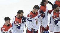 Zklamaní čeští hokejisté po prohře s USA 2:3. Zleva Filip Hronek, Michal Moravčík, Martin Nečas a vpravo Michal Jordán.