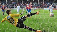Jan Kovařík z Plzně dává gól z penalty brankáři Slovácka Milanu Hečovi.
