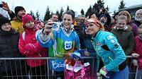 Gabriela Koukalová s fanoušky při biatlonové exhibici.