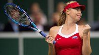 Ruská tenistka Maria Šarapovová oslavuje vítězství nad Karolínou Plíškovou ve finále Fed Cupu s Českou republikou.