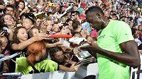 Usain Bolt se při Zlaté třetrře podepisuje fanouškům.