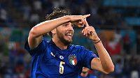 Ital Manuel Locatelli oslavuje gól proti Švýcarsku.