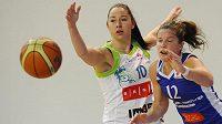 O míč bojují (zleva) Barbora Kašpárková z Brna a Gaelle Skrelaová z Montpellieru.