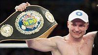 Lukáš Konečný se raduje ze zisku pásu profesionálního mistra Evropy organizace WBO ve střední váze.