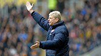 Trenér fotbalistů Arsenalu Arséne Wenger se rozčiluje nad možnými tresty za porušování finančního fair play.