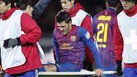 Zraněný David Villa opouští stadión