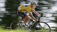 Lance Armstrong na trati Tour de France v roce 2004.