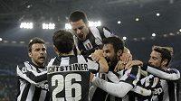 Fotbalisté Juventusu se radují z branky, kterou vstřelili Petru Čechovi.