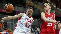 Česká basketbalistka Eva Vítečková (vpravo) během zápasu s Čínou.