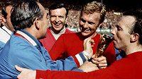 Manažer anglické reprezentace Alf Ramsey (vlevo) blahopřeje svým svěřencům k titulu mistrů světa v roce 1966. Jimmy Armfield je druhý zleva, vedle něho kapitán týmu Bobby Moore a Nobby Stiles (vpravo).