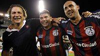 Argentinský tým San Lorenzo slaví mistrovský titul. Vlevo kouč Juan Antonio Pizzi a fotbalisté Nestor Ortigoza (uprostřed) a Juan Mercier.