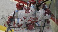 Třinečtí hokejistů se radují z prvního gólu, který vstřelil do vítkovické branky Martin Adamský.