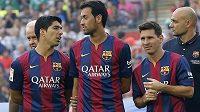 Zleva největší letní posila Barcelony Luis Suárez a záložník Sergio Busquets s argentinskou hvězdou Lionelem Messim. Další noví hráči na Camp Nou minimálně rok nezamíří.
