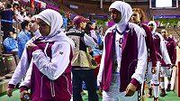 Katarské basketbalistky opouštějí palubovku poté, co nedostaly svolení, aby mohly nastoupit k zápasu v muslimském šátku.