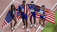 Smíšená štafeta USA na 4x400 m (zleva) Courtney Okolová, Michael Cherry, Wilbert London a Allyson Felixová slaví světový titul i rekord.