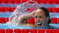 Dánka Rikke Möller Pedersenová se v bazénu raduje poté, co překonala světový rekord na 200 m prsa.