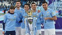 Eric Garcia (třetí zleva) se spoluhráči z Manchesteru City s trofejí pro vítěze Premier League.