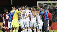 Čeští fotbalisté se po výhře nad Lotyšskem radují z postupu na evropský šampionát.