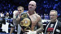 Australský boxer Lucas Browne slaví s pásem pro mistra světa organizace WBA v těžké váze.
