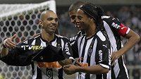 Ronaldinho (vpravo) se svými bývalými spoluhráči z Atlétika Mineiro.