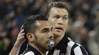 Carlos Tevez (vlevo) z Juventusu svérázně slaví se spoluhráčem Stephanem Lichtsteinerem gól proti Dortmundu.