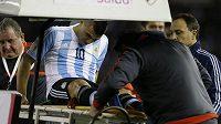 Zraněný Argentinec Sergio Agüero opouští trávník v kvalifikačním duelu s Ekvádorem.