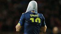 Zklamaný útočník Arsenalu Olivier Giroud po vyřazení Gunners z Ligy mistrů.