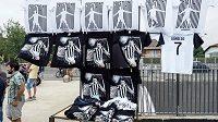 Dresy Cristiana Ronalda i další artefakty v bílo-černých barvách Juventusu jdou na dračku.