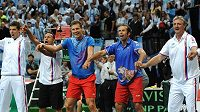 Tenisté Radek Štěpánek (druhý zprava) a Tomáš Berdych (uprostřed) a kapitán Jaroslav Navrátil (vpravo) oslavují vítězství nad Argentinou v semifinále Davis Cupu.